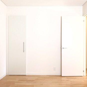 【洋6帖(北)】収納は左側の扉と、奥にもう1つ。