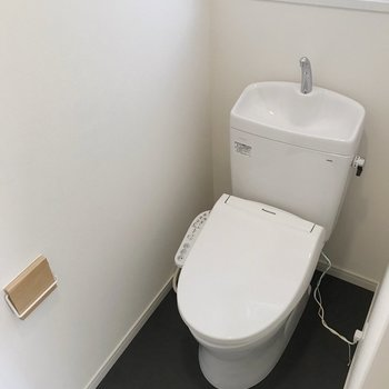 【1階】こちらのトイレも窓付き。朝ケンカしなくていいのは嬉しいなぁ。