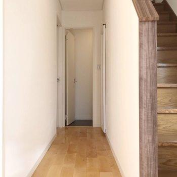【1階】左側に脱衣所、奥にトイレがあります。