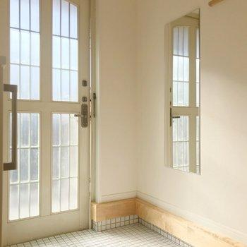 【1階】玄関まわりも明るい!鏡やフックも新しく付きました。