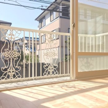 【1階リビング】この日当たり…!バルコニーの柵の柄が反射する幻想的な窓際。