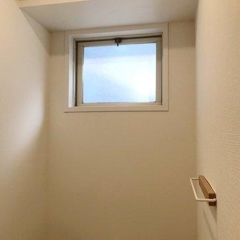 【2階】タオル掛けも木製。窓付きで換気もラクラクです。