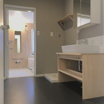 【1階】グレーの床と壁は清潔感たっぷり。洗面台の隣にワゴンも置けそう。