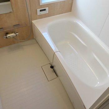 【1階】窓付きの明るいお風呂!サイズは1600mmの豪華仕様
