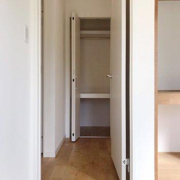 【2階】廊下にもちょっとしたクローゼットがありました。