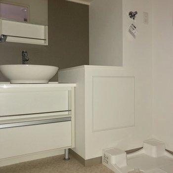 洗面器が、ころんと丸くてかわいい。※写真は3階の反転間取り別部屋のものです