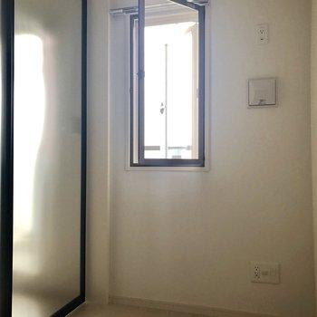 こちらには窓が付いています。※写真は3階の反転間取り別部屋のものです