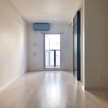 エアコンの色合いが爽やか。※写真は3階の反転間取り別部屋のものです