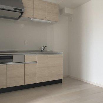 キッチンがあります。※写真は3階の同間取り別部屋のものです※キッチンの建具の色が異なる可能性があります