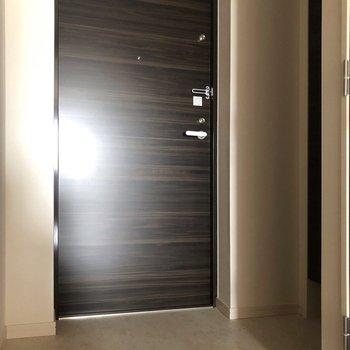 玄関もゆったりめですよ。※写真は3階の同間取り別部屋のものです