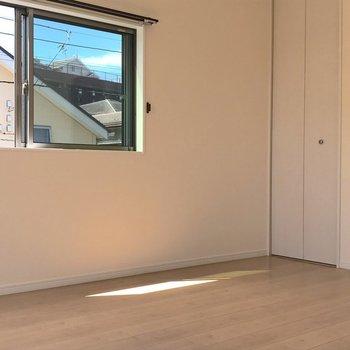【洋室9帖】こちらも2面採光のお部屋です。クローゼットもあるので寝室に良いかも。※写真は1階の反転間取り別部屋のものです