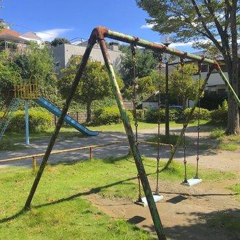 目の前の公園。小さな子供が喜びそうです。