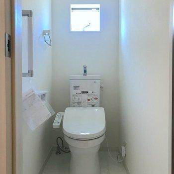 トイレには小窓もついています。※写真は1階の反転間取り別部屋、通電通電前のものです。