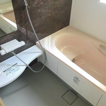 半身浴もできるお風呂でゆっくり休んでください。※写真は1階の反転間取り別部屋、通電通電前のものです。