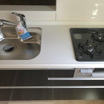 【LDK】3口のガスコンロにグリル付き。どんな料理も作れますね。※写真は1階の反転間取り別部屋のものです
