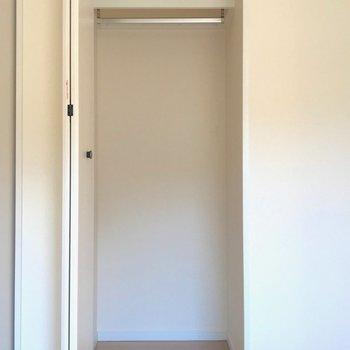 【洋室6帖】冬物のコートなどをかけるのに重宝しそうなクローゼット。※写真は1階の反転間取り別部屋のものです
