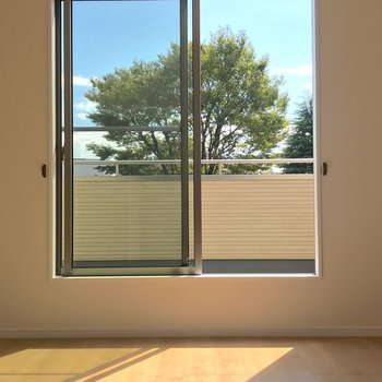 【洋室9帖】2階もベランダの窓からの光が差し込みます。※写真は1階の反転間取り別部屋のものです