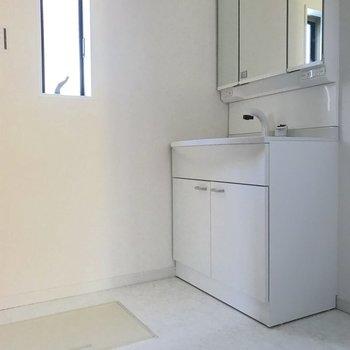 脱衣所には床下収納があります。※写真は1階の反転間取り別部屋のものです