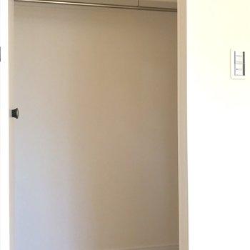 【洋室9帖】ウォークインクローゼットは奥行きがあって収納力が高いです。※写真は1階の反転間取り別部屋のものです