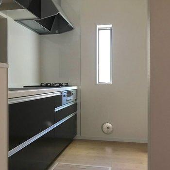 【LDK】キッチンはゆったりしていて、こちらにも小窓が付いています。※写真は1階の反転間取り別部屋のものです