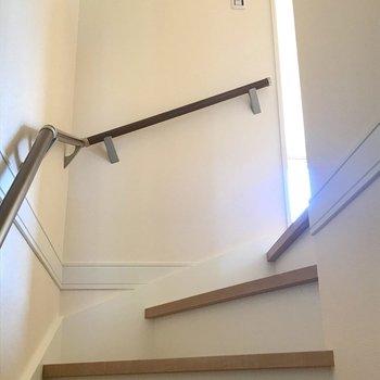 階段を上がってみます。※写真は1階の反転間取り別部屋のものです