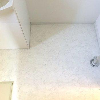 洗濯機は脱衣所の隅に。※写真は1階の反転間取り別部屋のものです