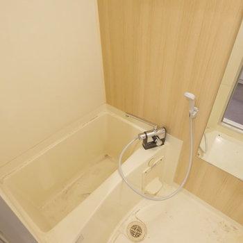 木目調のシートでお風呂もお部屋の雰囲気とマッチ