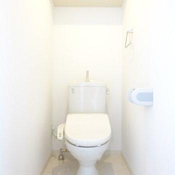 トイレはウォシュレットと棚付き!(※写真は6階の反転間取り別部屋のものです)