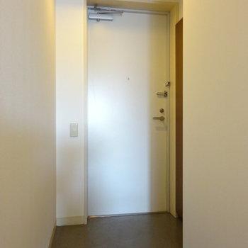 玄関はホワイト(※写真は6階の反転間取り別部屋のものです)