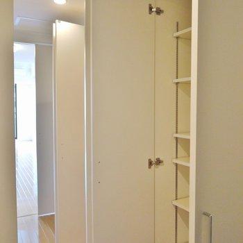 2階】いえいえ、1階には壁一面の収納が ※写真は同間取り別部屋のものです。
