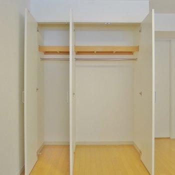 2階】収納がこれだけじゃ、足りない!? ※写真は同間取り別部屋のものです。