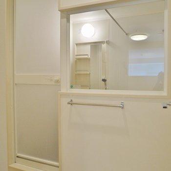 バスルームはちょい見せスケルトン ※写真は同間取り別部屋のものです。