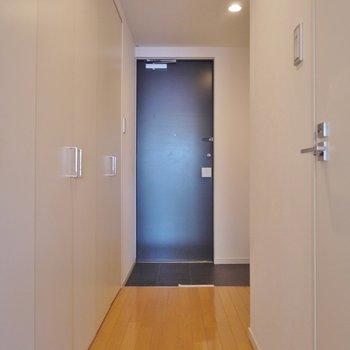 玄関は脱ぎ履きに十分なスペース ※写真は同間取り別部屋のものです。