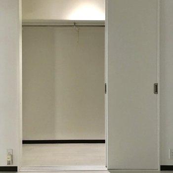 個室にも収納を お洋服ずらっと並べたい ※写真は同間取り別部屋のもの