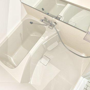 お風呂は鏡が大きめ。※ 写真は通電前のものです・フラッシュを使用しています