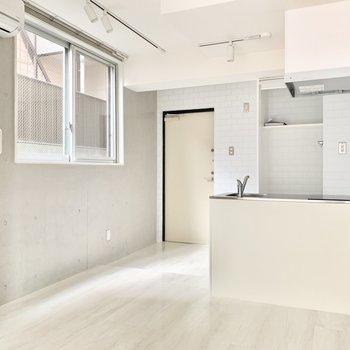キッチンもクリアなホワイトカラー。