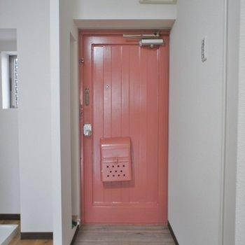 昭和チックな玄関ドア。