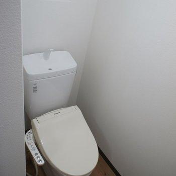 トイレには小窓もあり!