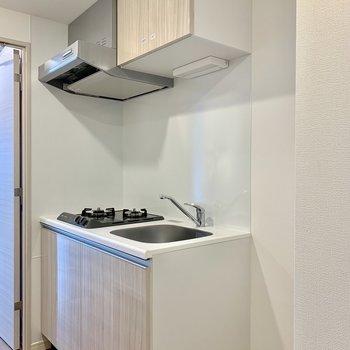 キッチンの隣には冷蔵庫が置けますよ※写真は4階の同間取り別部屋のものです