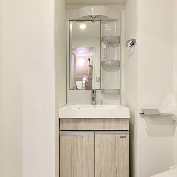 コンパクトだけどしっかり収納のある洗面台※写真は4階の同間取り別部屋のものです