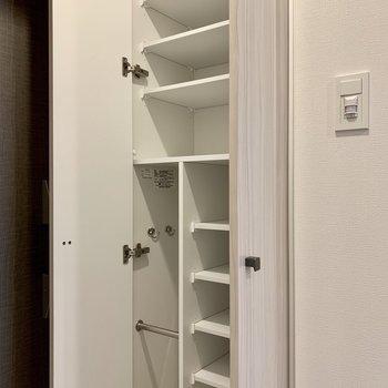 フック付きのシューズボックスです※写真は4階の同間取り別部屋のものです