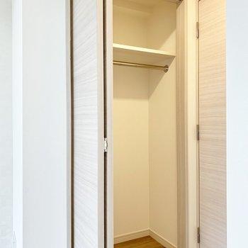 丈の長い服もかけられる収納※写真は4階の同間取り別部屋のものです