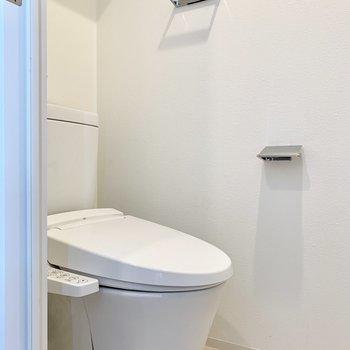 右に温水洗浄付きのトイレ。