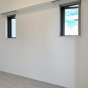 【洋室】小窓が2つ。風通しも良さそうですね。