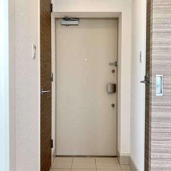 玄関はコンパクトめです。