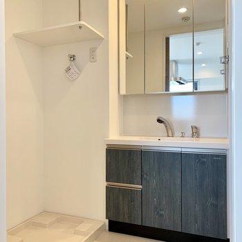 洗面台もキッチンと同じデザインに。