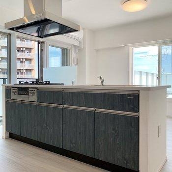 【LDK】木目調のキッチンがカッコ良い雰囲気を。