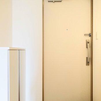 玄関もこじんまりとしてますね。