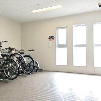 共用部】駐輪場は各フロアに設けてあります。