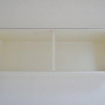 洋室上部にある収納。邪魔にならなくていいですね!(※写真は3階の別部屋、同間取りのものです)